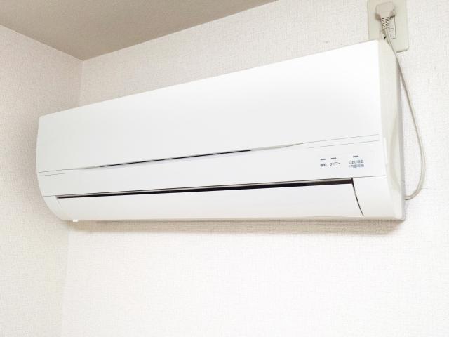 エアコン暖房で足元が寒い!原因と対策を知って効率よくグッズも使用