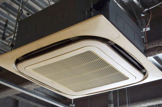 業務用エアコンの掃除方法!自分と業者の違いや掃除の頻度について